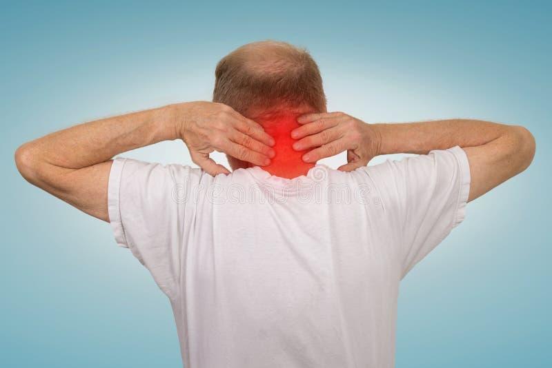 Старик с красным цветом боли спазма шеи касающим воспламенил зону стоковые фотографии rf