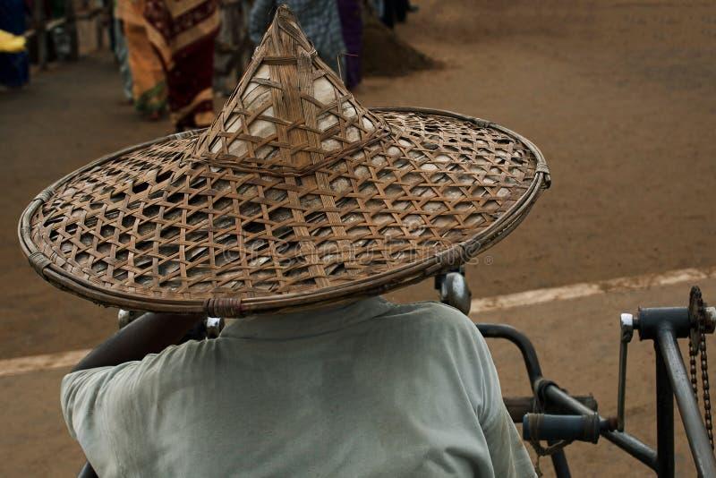Старик с соломой искусства & ремесла соломенной шляпы и бамбуковой шляпой orissa стоковые изображения rf