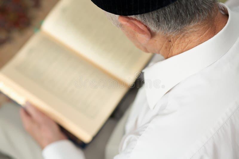Старик читая книгу Селективный фокус стоковое изображение