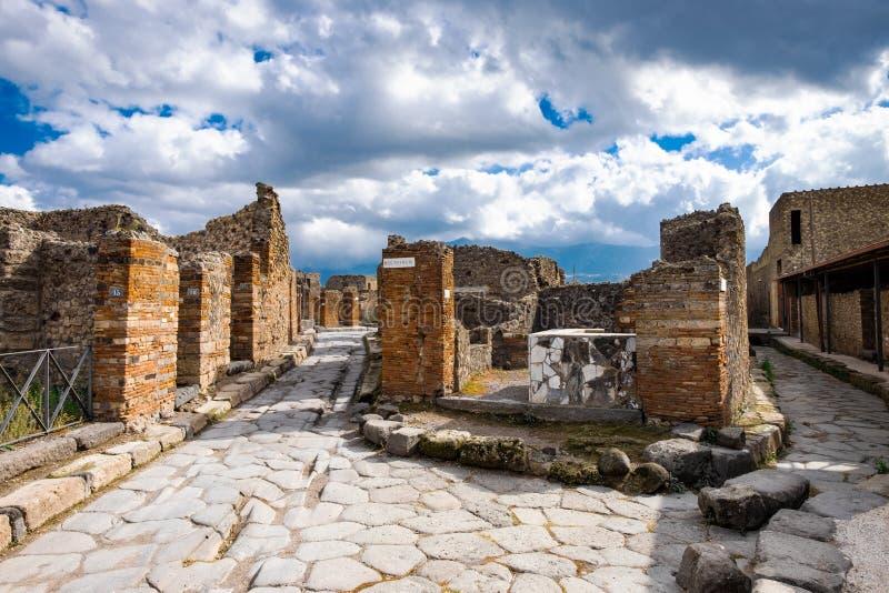 Старинная улица взята в середине римских руин против гор стоковые фотографии rf