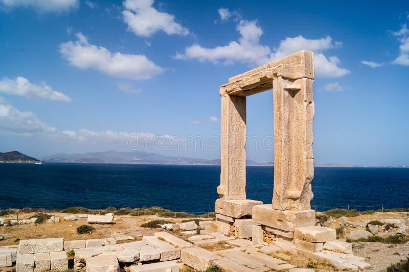Старинные ворота виска Apollon на острове Naxos стоковые изображения rf