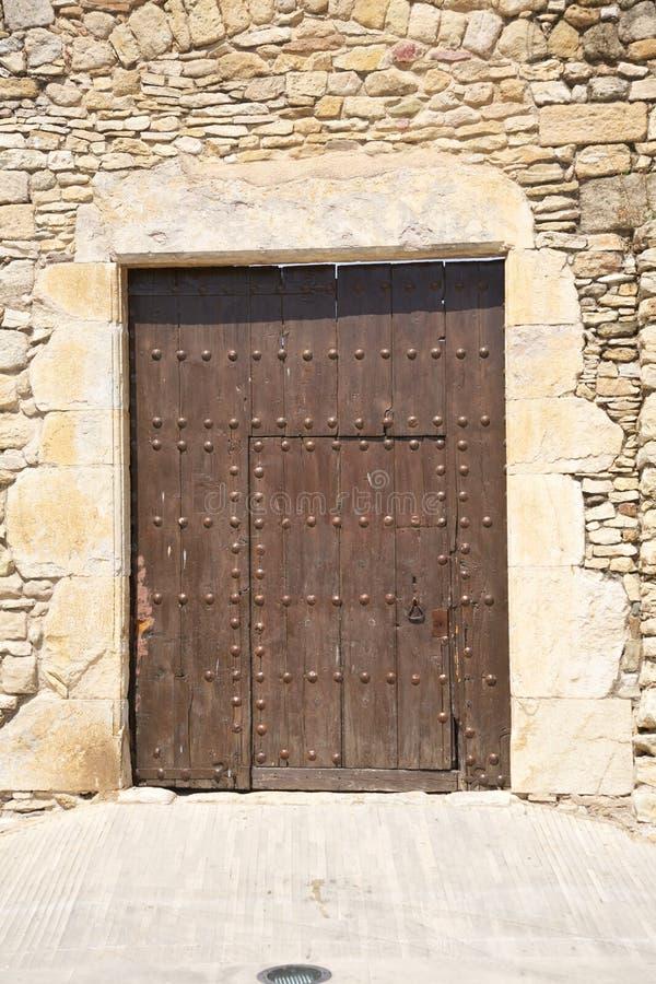 Стародедовская большая коричневая деревянная дверь стоковые фотографии rf