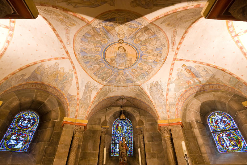 Стародедовская фреска в даже более старой крипте Romanesque стоковые фото
