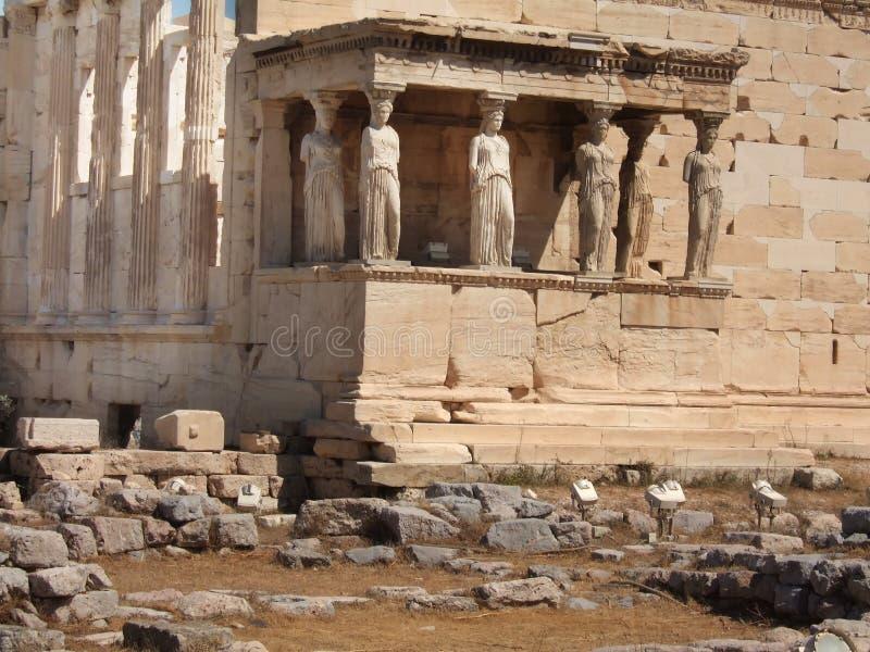 Стародедовское крылечко Caryatides в акрополе стоковая фотография