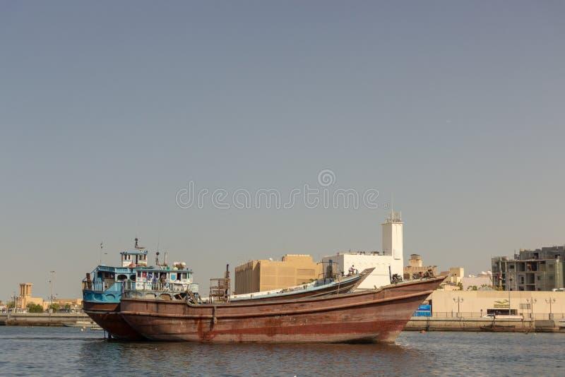 Старое арабское abra состыкованное в Дубай, Deira шлюпки стоковое фото