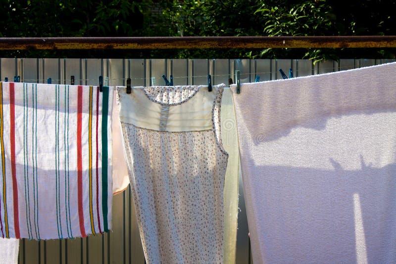 Старое белое белье суша на веревке для белья с зажимками для белья стоковое фото rf