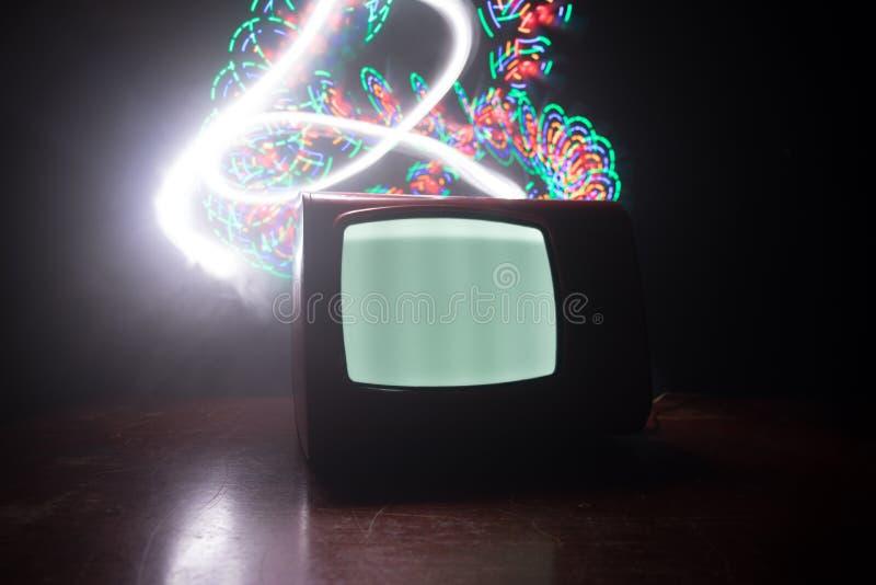 Старое винтажное красное ТВ с белым шумом на темной тонизированной туманной предпосылке Ретро старый приемник телевидения отсутст стоковые изображения rf