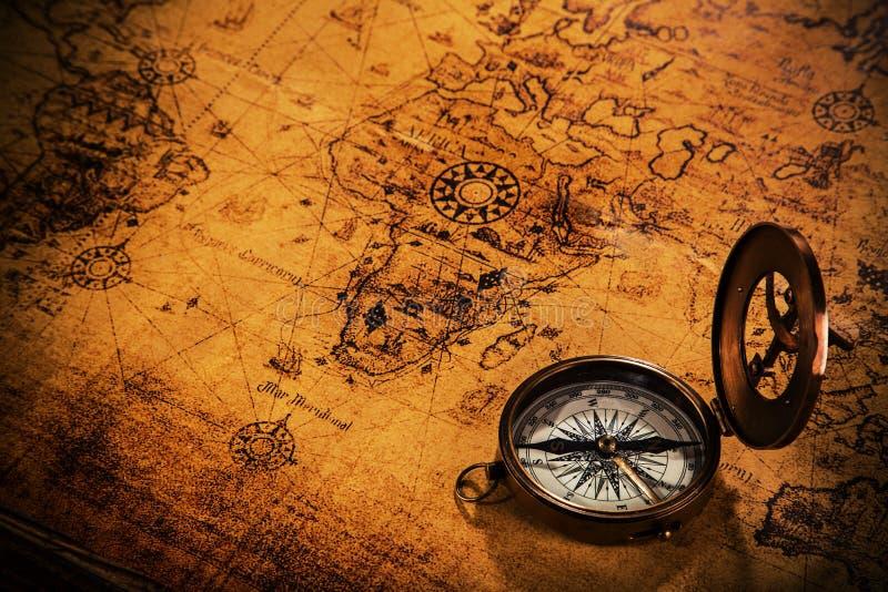 Старое винтажное оборудование навигации на карте Старого Мира стоковое изображение