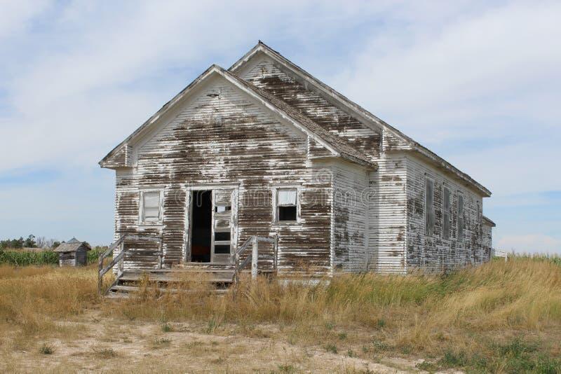 Старое выдержанное здание школы стоковая фотография
