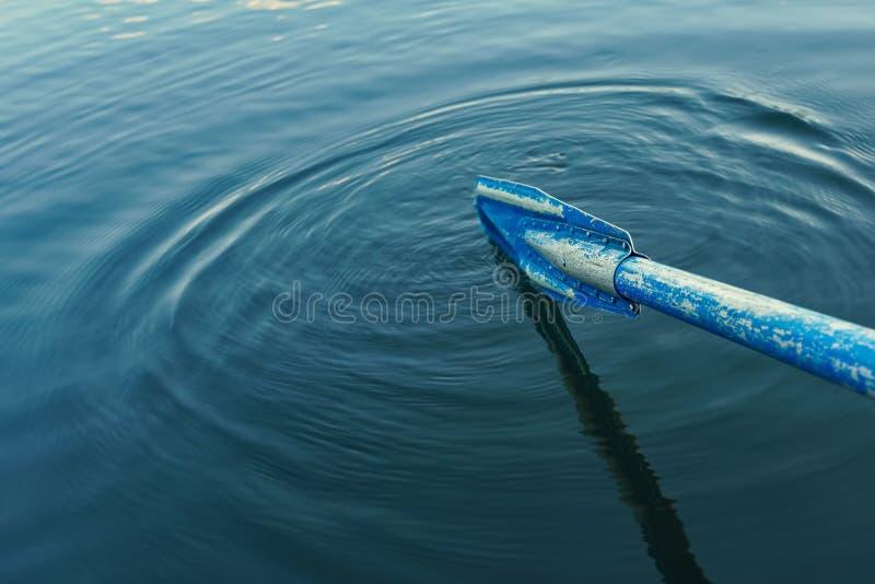 Старое голубое весло в предпосылках волн воды стоковое изображение