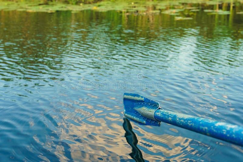 Старое голубое весло в предпосылках волн воды стоковое фото rf