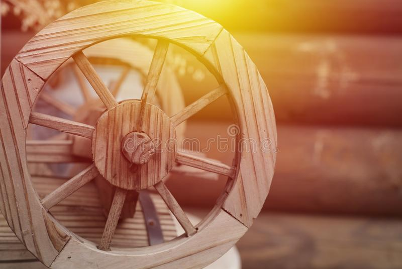 Старое деревянное колесо на предпосылке старого дома журнала стоковые изображения rf