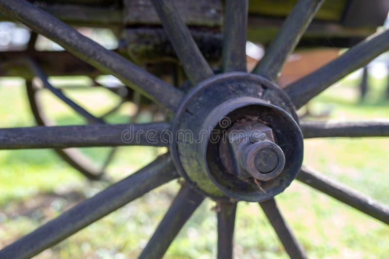 Старое деревянное колесо от лестницы Колесо от деревянной фуры для стоковое изображение rf