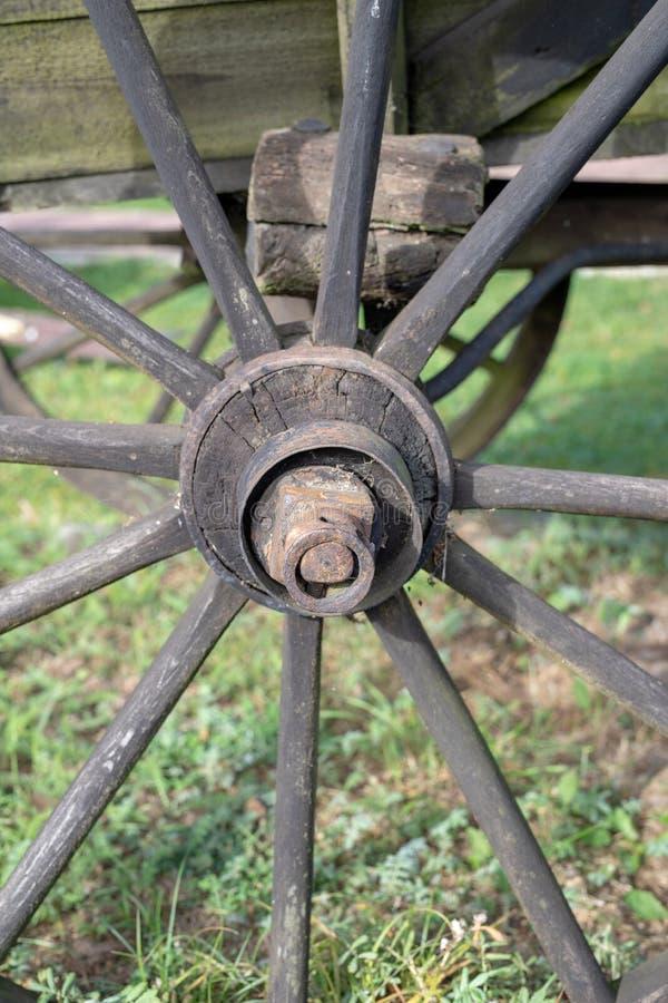 Старое деревянное колесо от лестницы Колесо от деревянной фуры для стоковые фото
