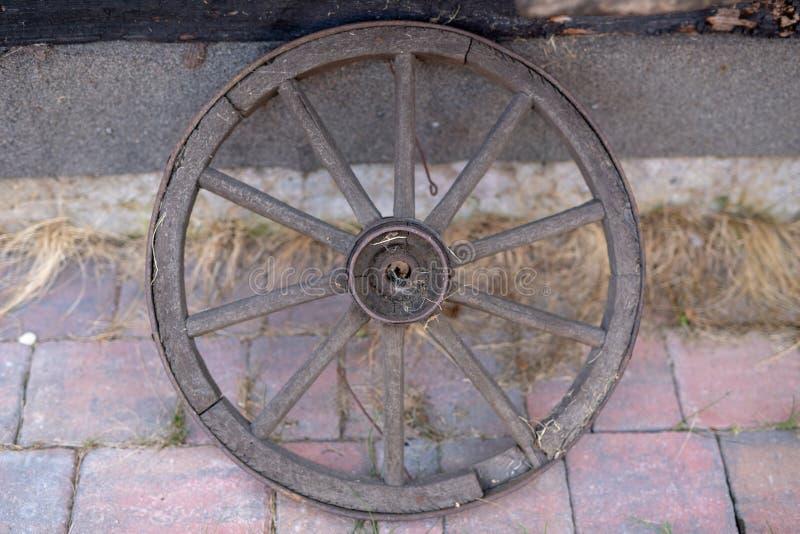 Старое деревянное колесо от лестницы Колесо от деревянной фуры для стоковая фотография rf