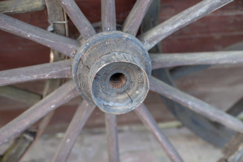 Старое деревянное колесо от лестницы Колесо от деревянной фуры для стоковые изображения rf