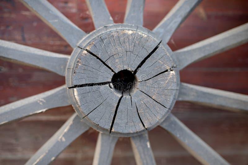 Старое деревянное колесо от лестницы Колесо от деревянной фуры для стоковая фотография