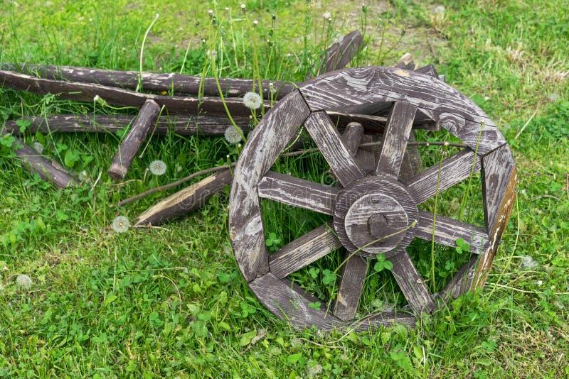 Старое деревянное колесо телеги Колесо от старой лошад-нарисованной тележки стоковые фотографии rf