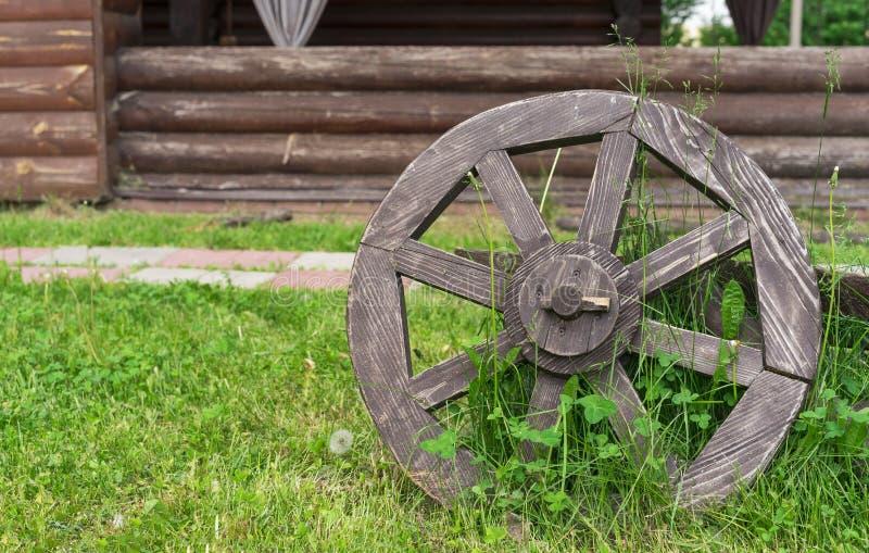 Старое деревянное колесо телеги Колесо от старой лошад-нарисованной тележки стоковые фото