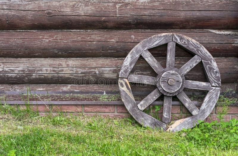 Старое деревянное колесо телеги Колесо от старой лошад-нарисованной тележки стоковое фото