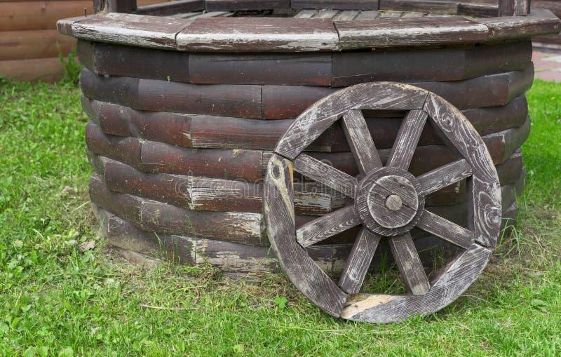 Старое деревянное колесо телеги Колесо от старой лошад-нарисованной тележки стоковое фото rf