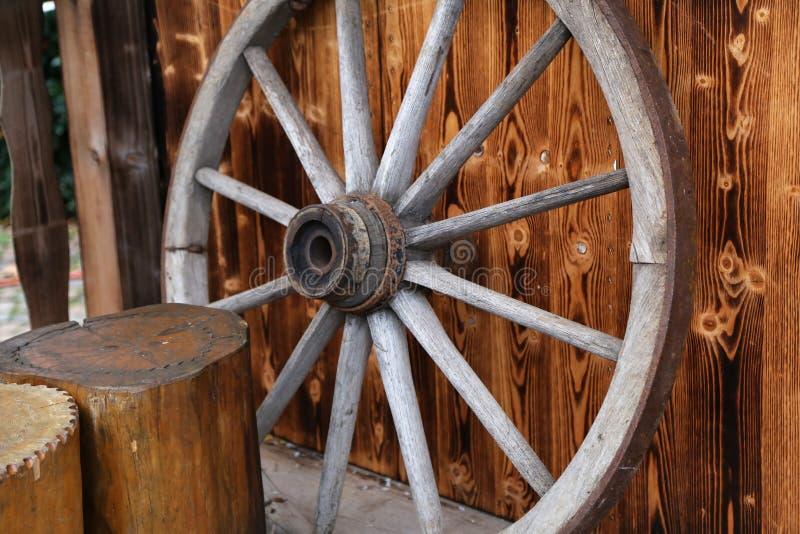 Старое деревянное колесо стоковое фото