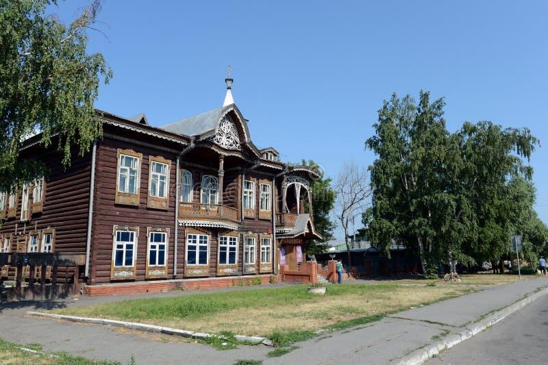 Старое деревянное здание, бывший дом купцев Shadrin на бульваре Krasnoarmeysky в Barnaul стоковая фотография rf