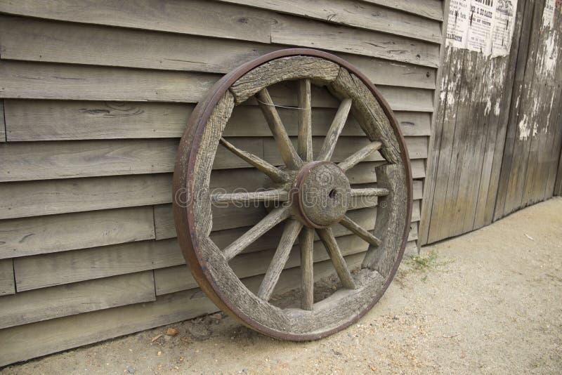 Старое деревянное колесо телеги. Холм музея властительский - Ballarat, Виктория, Австралия стоковые фото