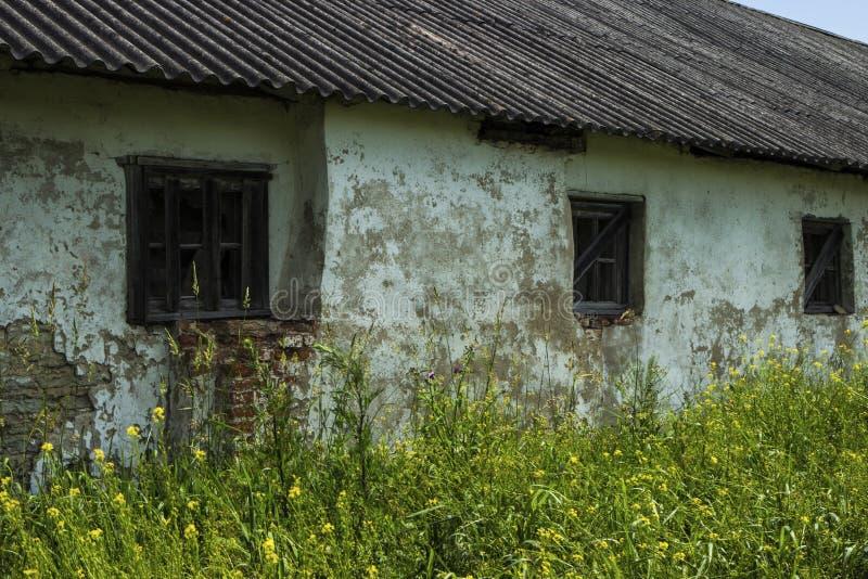 Старое деревянное окно в кирпиче покинуло дом стоковые изображения