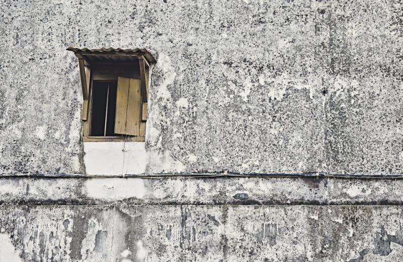 Старое деревянное окно с старой, пакостной, темной и черной зернистой стеной стоковое фото rf