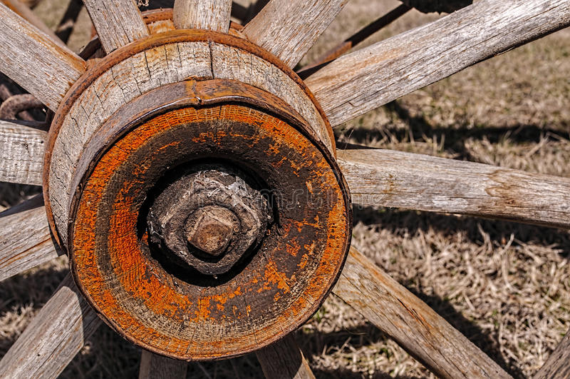 Старое деревянное spoked колесо телеги стоковые изображения