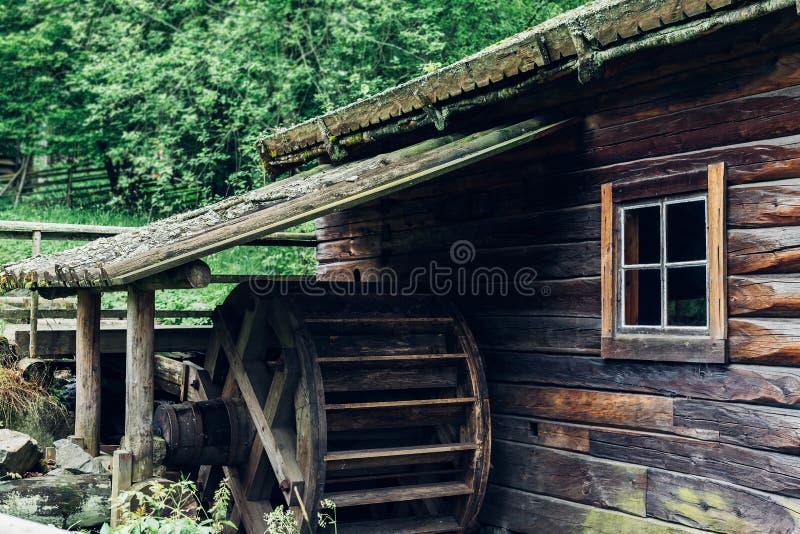 Старое деревянное watermill waterwheel стоковая фотография rf