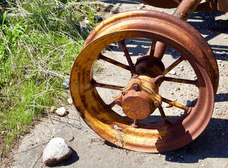 Старое железное колесо плужка стоковое фото