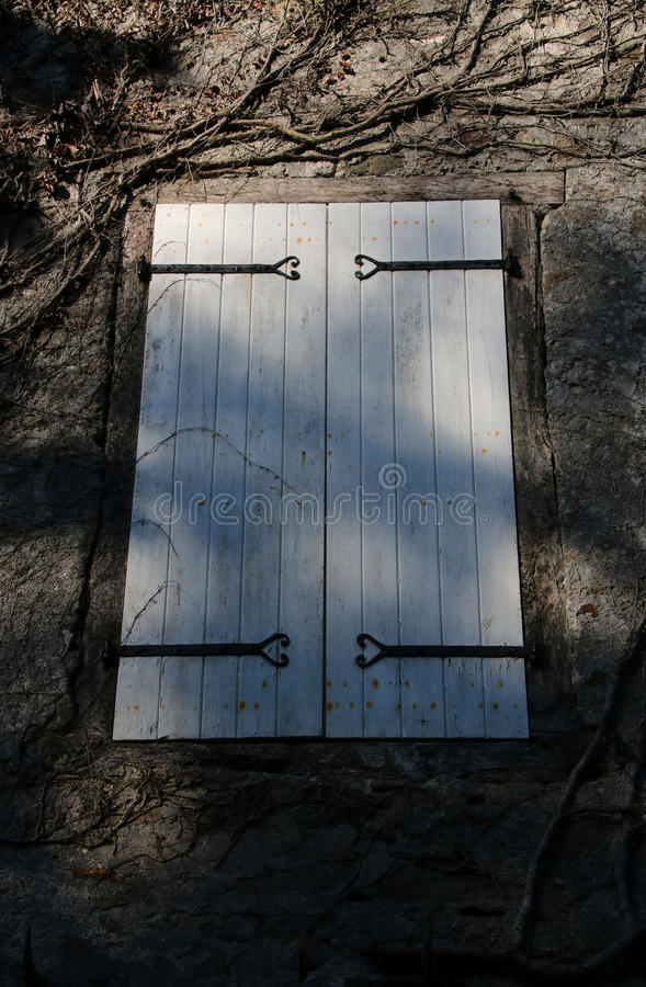Старое закрыванное окно и старая каменная кладка, Франция стоковое изображение rf