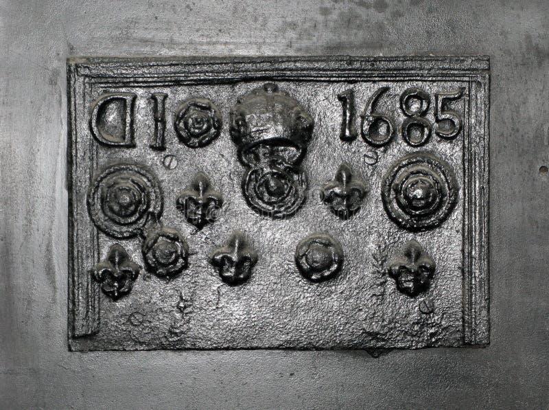 Старое заднее днище камина литого железа стоковая фотография