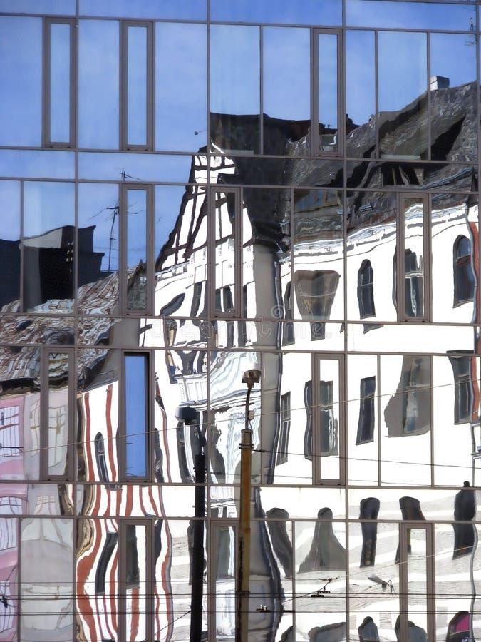 Старое здание отражено в стеклянных окнах  стоковые изображения