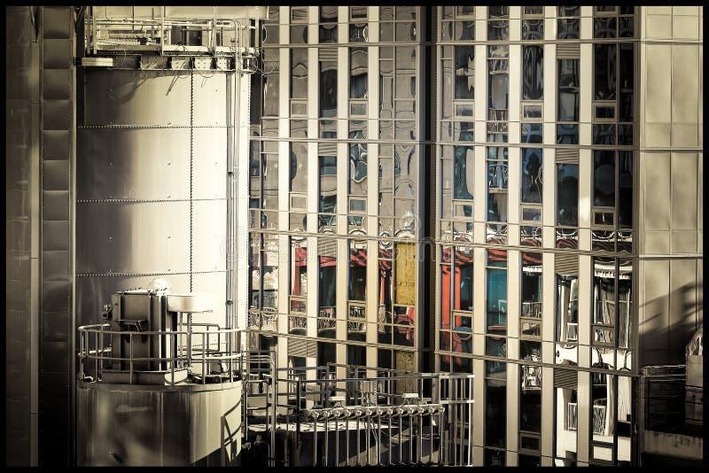 Старое здание отразило в новом промышленном здании под реновацией стоковые фото