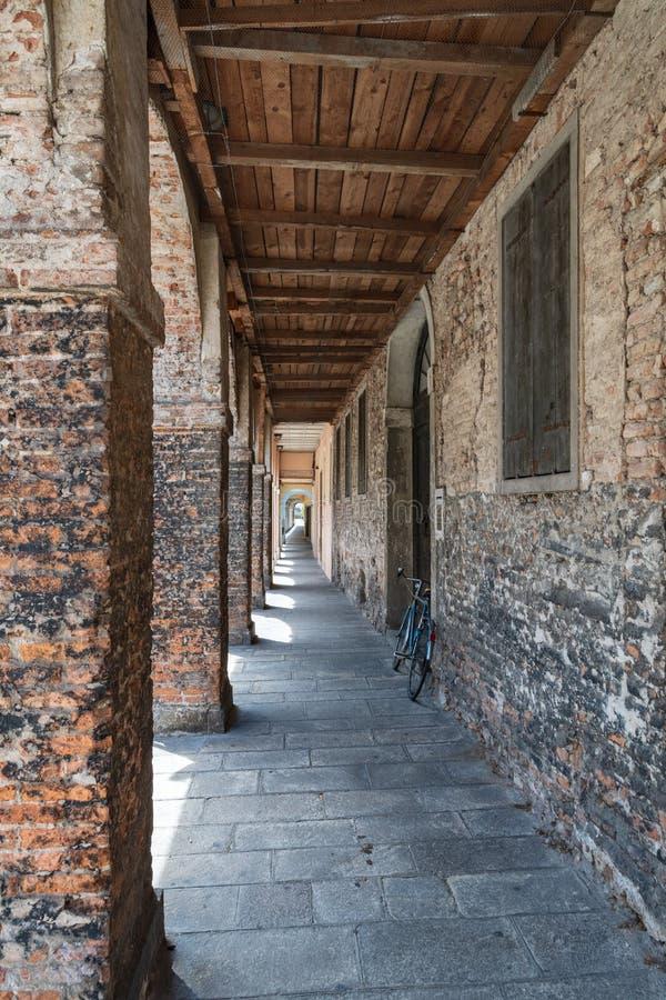 Старое здание с сдобренной дорожкой с штендерами кирпичей и wo стоковое изображение