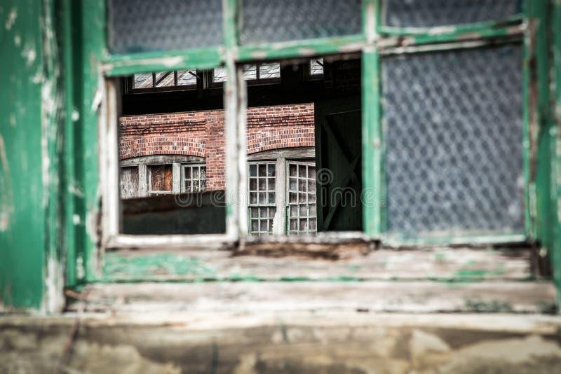 Старое здание падая врозь взгляд через окно стоковое фото rf