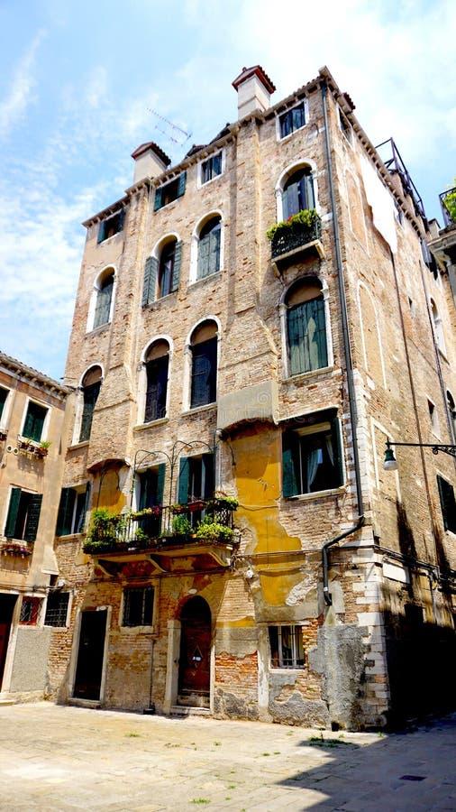 Старое здание с материалом кирпича в старом городке стоковое фото