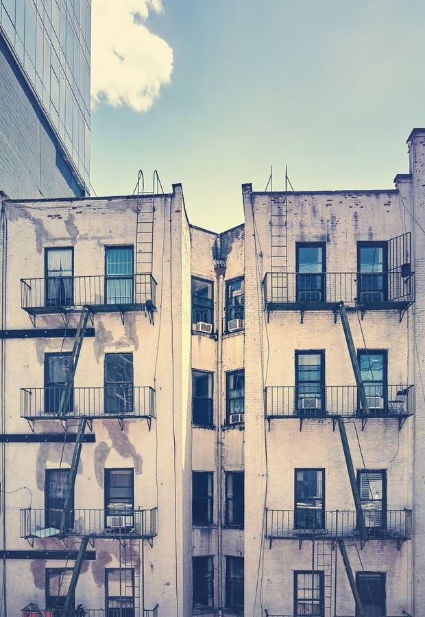 Старое здание с пожарной лестницей, Нью-Йорком стоковое фото rf