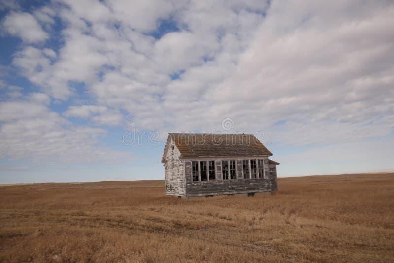 Старое здание школы в северовосточной Монтане стоковая фотография
