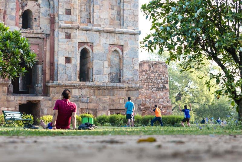 Старое старое индийское каменное здание в парке при люди разрабатывая стоковые фотографии rf