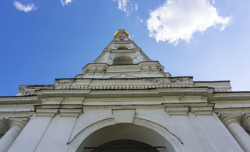 Старое историческое белое здание башни церков с золотой сияющей верхней частью расположенной в монастыре от дна в весеннем дне ле стоковое фото rf