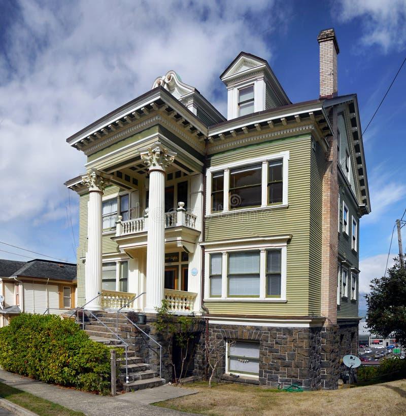 Старое историческое викторианец самонаводит Astoria, Орегон стоковое фото rf