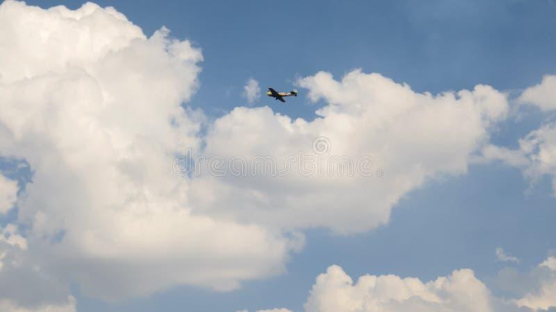 Старое историческое воинское летание самолета советской России и выполняет аэробатик - мертвую петлю, замедленное движение стоковые фото
