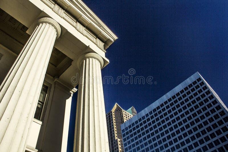 Старое историческое здание суда капитолия архитектуры строя круглые столбцы и современный небоскреб в предпосылке стоковые изображения