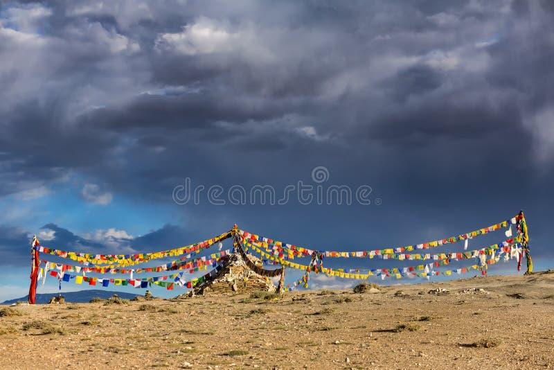 Старое каменное stupa с тибетскими буддийскими флагами молитве в Ladakh, Индии стоковое изображение rf