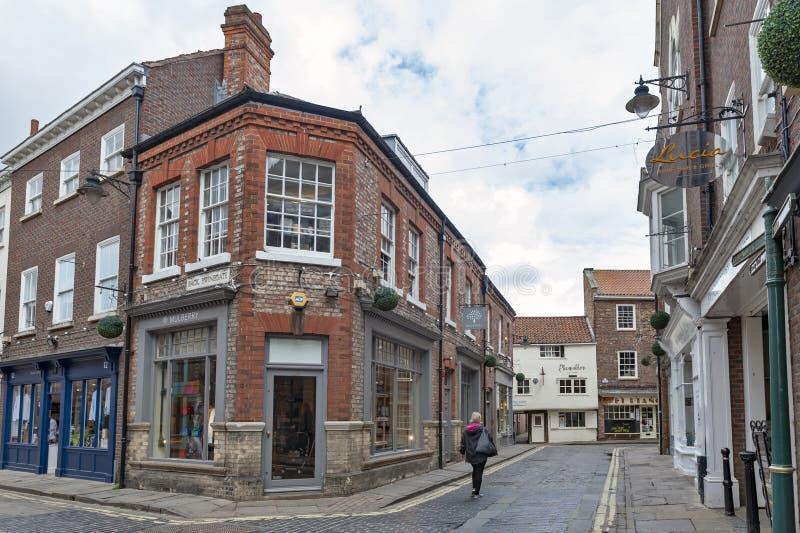 Старое кирпичное здание на угле улицы Swinegate в историческом районе города Йорка, Англии, Великобритании стоковое фото