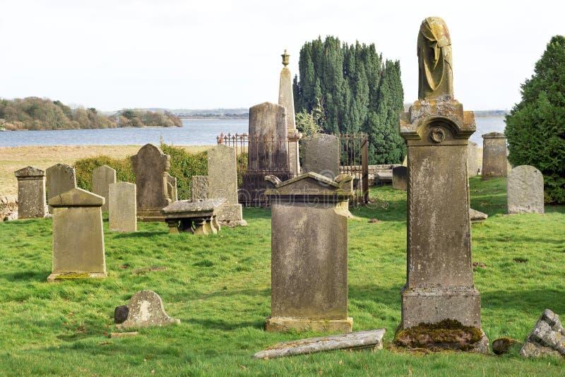 Старое кладбище около банков озера Leven в Шотландии, озере Leven на заднем  стоковое изображение